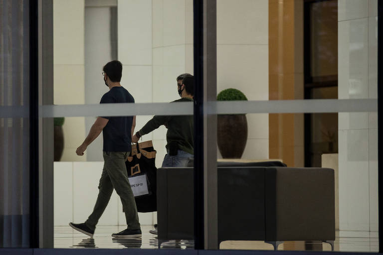 Policiais em operação de busca e apreensão no prédio da Precisa, alvo da CPI da Covid