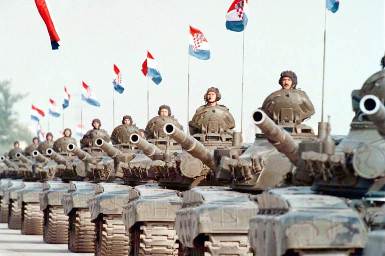 tanques com soldados em cima