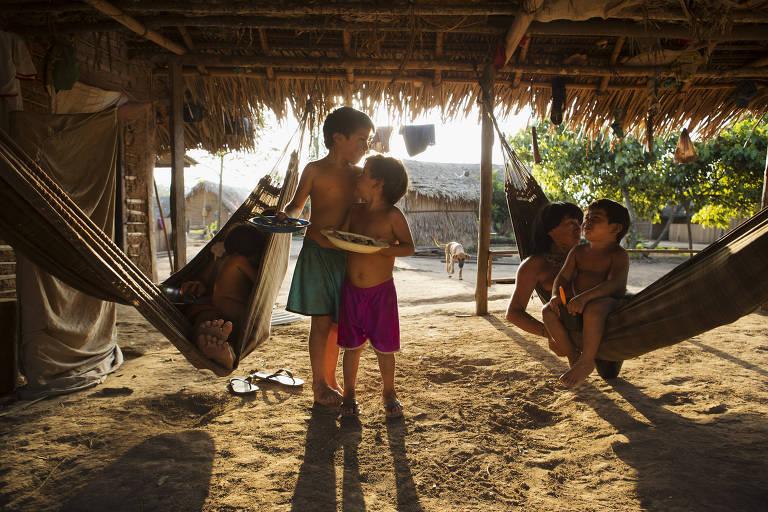 crianças indígenas se abraçam e sorriem