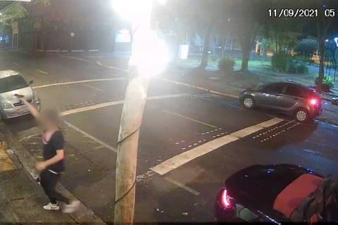GUARULHOS, SP, 13-9-2021  - Um homem é procurado pela polícia após atirar ao menos sete vezes contra um bar, na região central de Guarulhos (Grande SP), por volta das 5h30 de segunda-feira (13). A ação foi registrada por uma câmera de monitoramento, que mostra o suspeito, já identificado pelo 1º DP da cidade, desembarcando de um carro de luxo conversível, com o qual fugiu em seguida. (Foto: Reprodução/TV Folha )