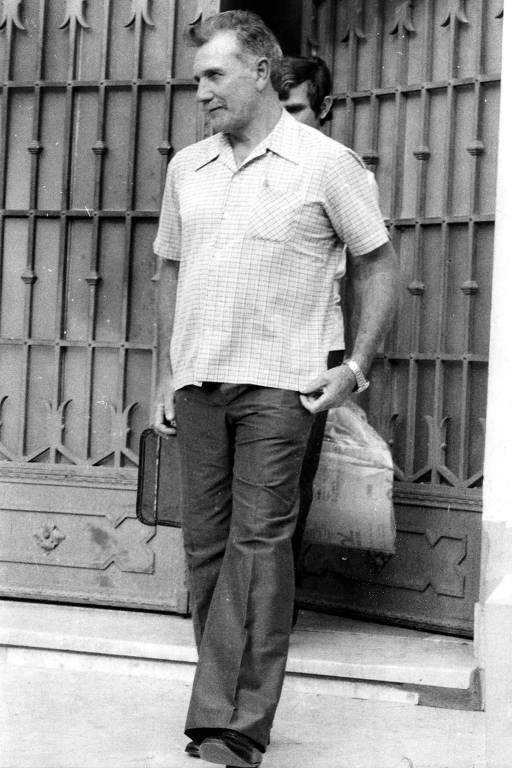 retrato em preto e branco de homem caminhando em uma calçada