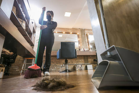 SÃO PAULO, SP, BRASIL, 10-09-2021 - MPME MENSAL - Marcas investem em upcycling - O salão de cabeleireiros Cabelaria passou, há apenas dois meses, a cuidar da destinação de todos os resíduos gerados no salão: fios de cabelo cortados, restos de tintura em folhas de alumínio, restos de produtos que ficam no fundo dos potes, embalagens e até o pó do café servido aos clientes. A Kelen cuidou da pesquisa sobre como destinar cada resíduo. (Foto: Keiny Andrade/Folhapress).