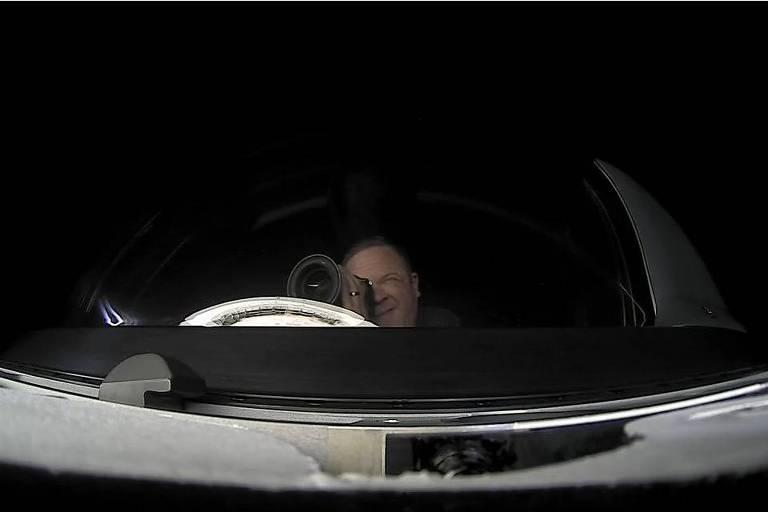 Cabeça de homem é vista em uma cúpula transparente da aeronave