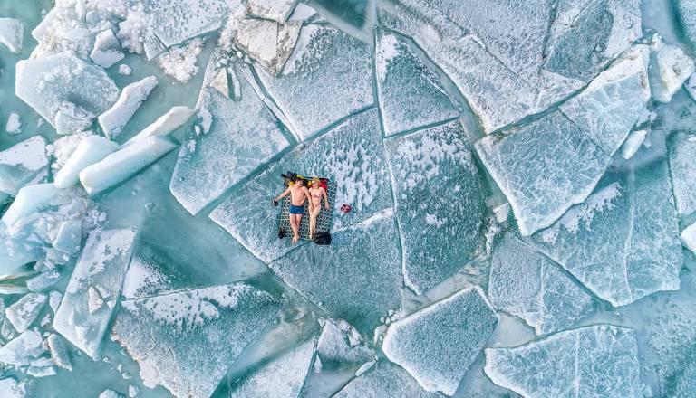 Tirei esta foto em fevereiro de 2021, em elevações de gelo no reservatório de Kapchagai na região de Almaty. A temperatura do ar naquele dia era de -10 graus Celsius; para a nossa região e estação podia-se dizer quente, por isso, sem esperar o verão, decidimos abrir a temporada de praia!