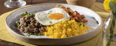 Casa Tucupi tem sugestões como o Baixaria (R$ 30), um prato típico acreano, que leva cuscuz de milho, carne moída, salada de tomate e cebolinha e ovo frito com gema mole