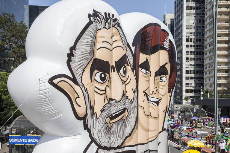 Bonecos de Lula e Bolsonaro em ato contra governo na avenida Paulista, em São Paulo