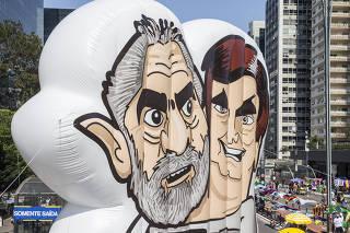 Ato contra governo Bolsonaro na Av Paulista. Pixulecos de Lula e Bolsonaro do movimento Vem Pra Rua no inicio do  Protesto na av Paulista