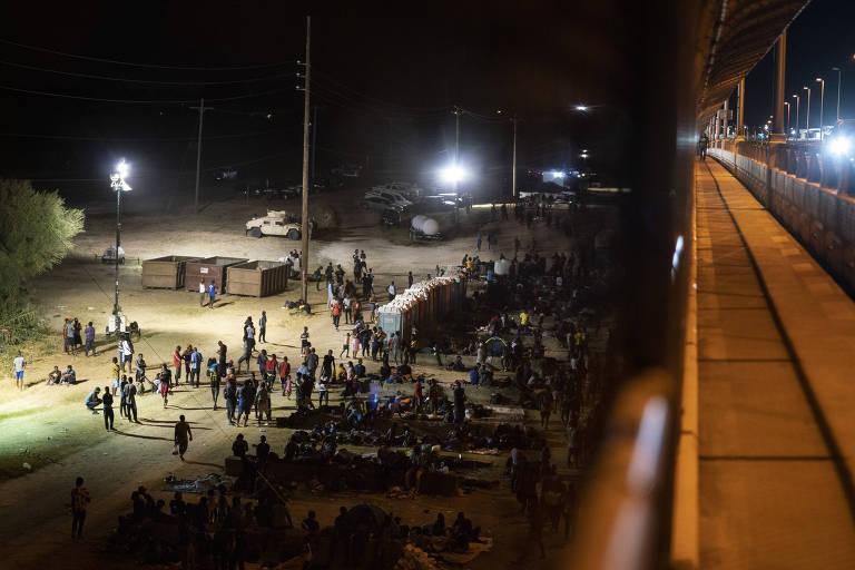 Mais de 9.000 migrantes se aglomeram sob ponte no Texas por falta de abrigos