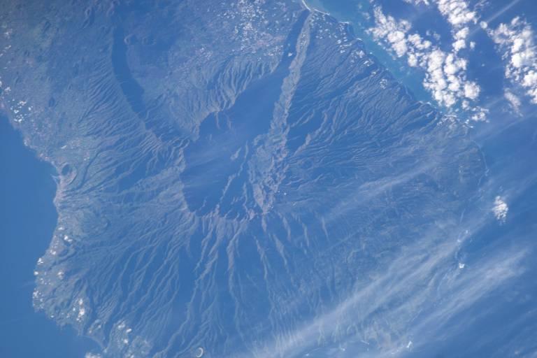 Vulcão visto por satélite; no centro da imagem; a abertura central (caldeira) do vulcão;