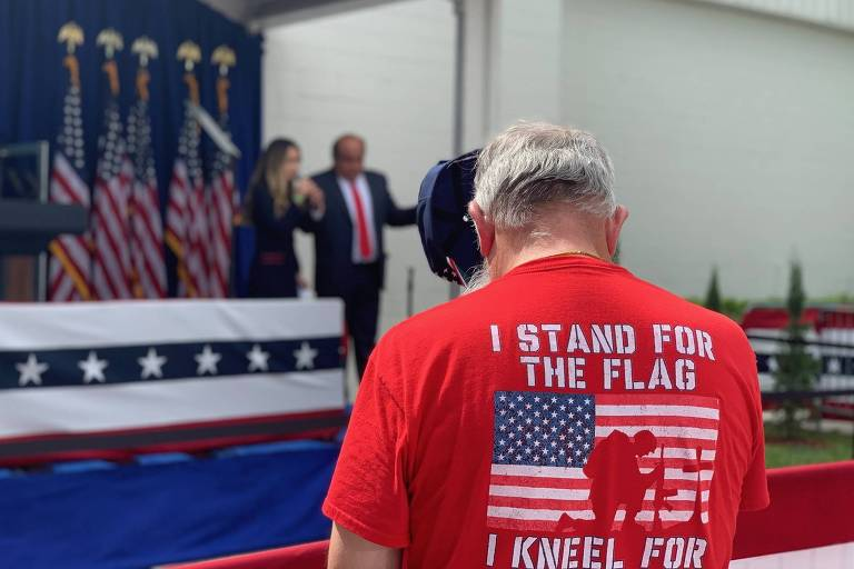 Homem em evento na Flórida com o ex-vice-presidente Mike Pence com latinos evangélicos pró-Trump