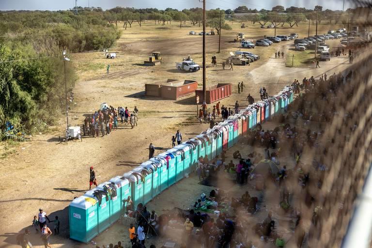 Imigrantes, a maioria vindo do Haiti, reúnem-se em um acampamento improvisado sob a Ponte Internacional, entre Del Rio, no Texas, e a cidade de Acuña, no México