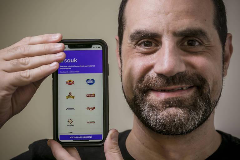 O diretor-executivo da Souk, Roberto Angelino Filho, mostra tela do aplicativo