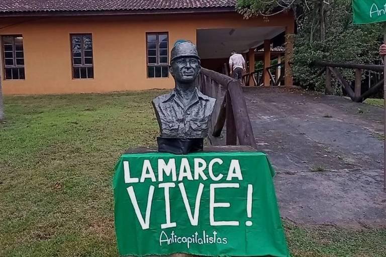 Militantes de esquerda inauguram novo busto de Lamarca no lugar do retirado por Ricardo Salles