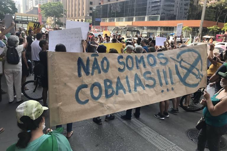 Pessoas fazem protesto antivacina na avenida Paulista neste sábado (18)