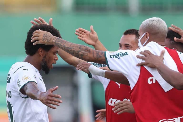 Luiz Adriano comemora gol contra a Chapecoense