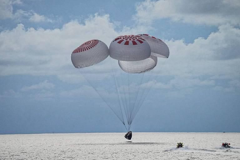 Cápsula Crew Dragon, da missão Inspiration4, da Spacex, pousa na costa da Flórida (EUA)
