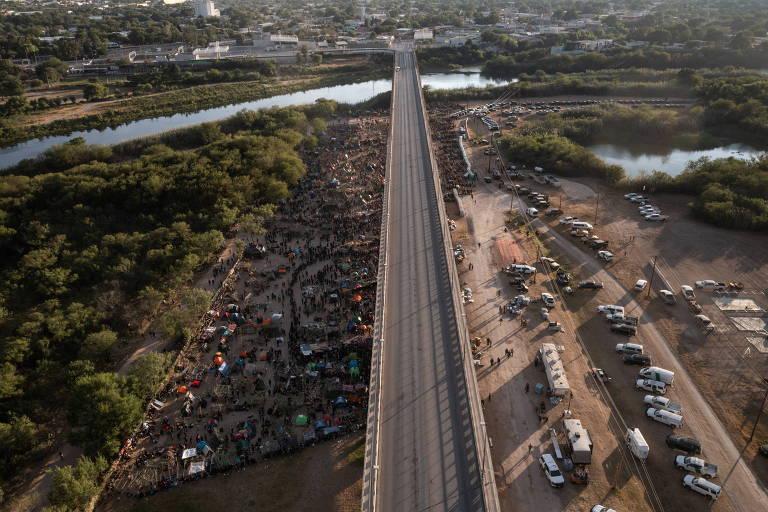 Mais de 10 mil migrantes se abrigam sob ponte entre Ciudad Acuña (México) e Del Rio (EUA)