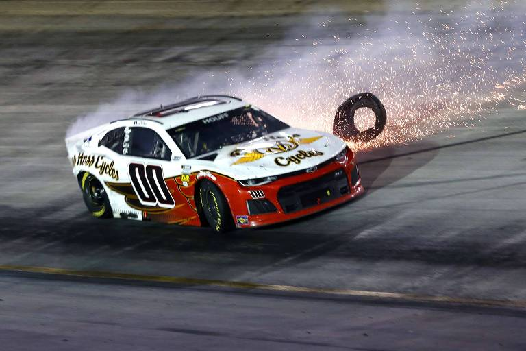 Carro do piloto Quin Houff gira após acidente na pista durante a corrida noturna NASCAR Cup Series em Bristol, Tennessee