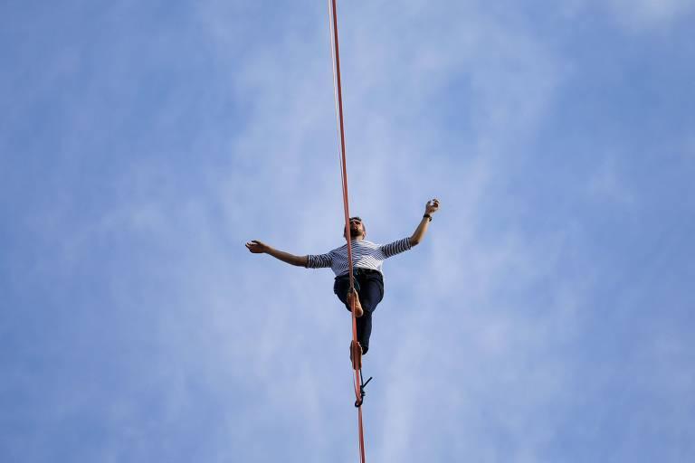 Equilibrista Nathan Paulin caminha a 70 metros de altura entre a Torre Eiffel e o Teatro Nacional de Chaillot, em Paris