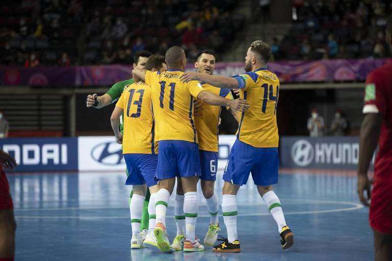 Jogadores da seleção brasileira de futsal durante partida contra o Panamá