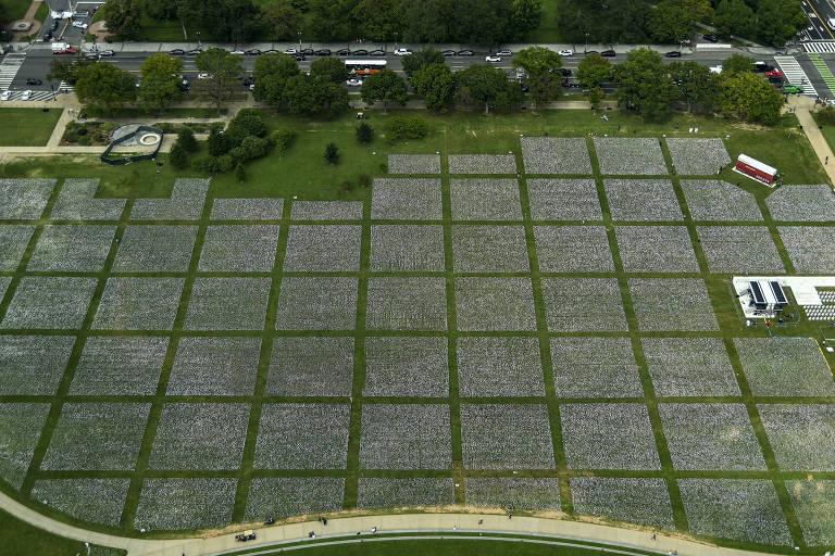 Bandeiras brancas, parte da instalação de arte 'In America: Remember', cobrem 20 acres do National Mall, em Washington