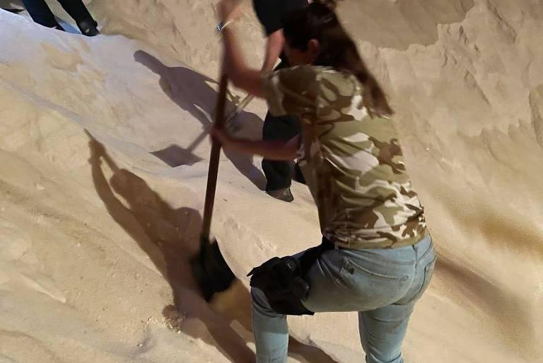 Policiais federais reviram carga de açúcar com pás em busca de droga escondida