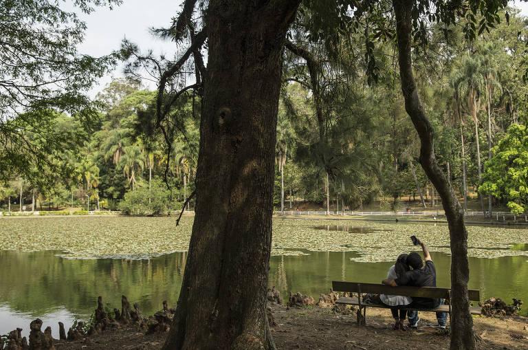 Casal faz selfie no parque Horto Florestal que foi concedido à empresa Construcap, assim como a Cantareira