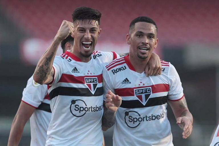 Rigoni (esq.) e Luciano (dir), autores dos dois gols do São Paulo contra o Atlético-GO, comemoram