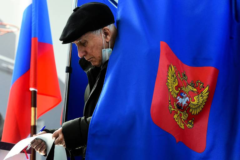 Em São Petersburgo, cidadão russo deposita voto em último dia de eleição parlamentar