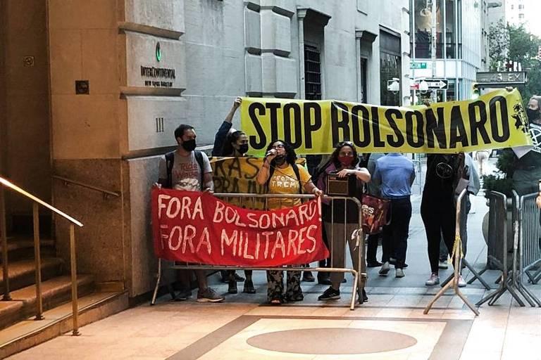 Manifestantes protestam contra presidente Jair Bolsonaro em frente a hotel da comitiva brasileira em Nova York