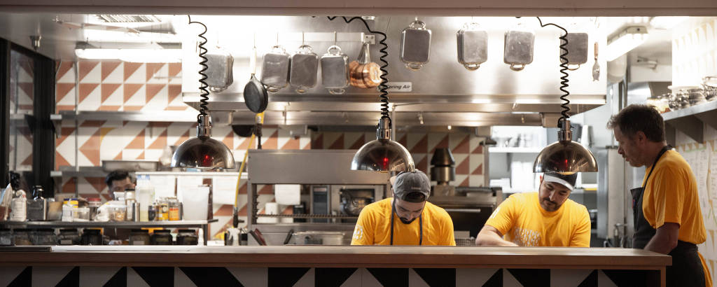 Vista da cozinha do restaurante Caboco, do chef Rodrigo Oliveira, inaugurado em setembro de 2021 em Los Angeles