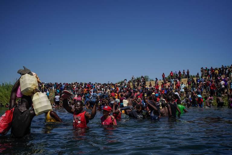 Migrantes atravessam Rio Grande entre EUA e México