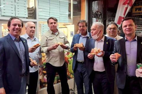Bolsonaro evita exigência de vacina em restaurantes ao comer pizza na rua em Nova York