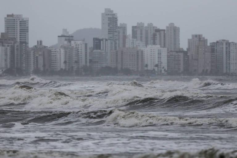 Ressaca pode ocasionar ondas de até 3,5 metros nesta terça (21) no litoral paulista