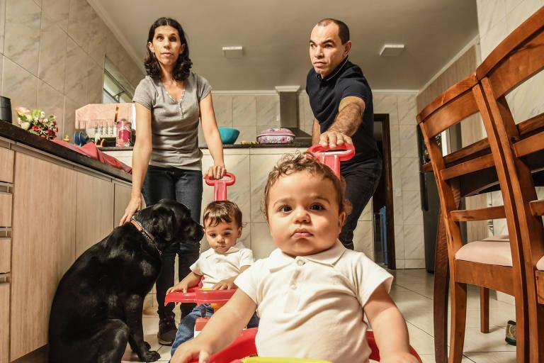 O casal Genival e Kátia brinca com os filhos gêmeos, Patrick e Matheus