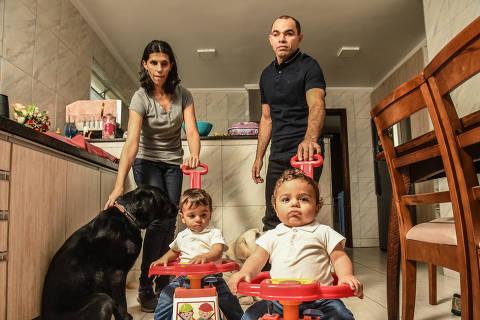 SÃO PAULO / SÃO PAULO / BRASIL -16 /09/21 - :00h - Inclusão e diversidade - essoas com deficiência passam por um novo momento no Brasil:  com mais acesso, mais inclusão, mais diretos, estão tendo filhos e formando famílias. Régis e Katia são cegos e acabaram ter filhos gêmeos, o Patrick e o Matheus (cabelo liso)   ( Foto: Karime Xavier / Folhapress) . ***EXCLUSIVO***COTIDIANO