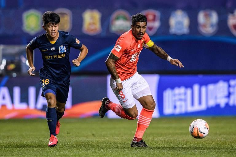 Paulinho em ação pelo Guangzhou Evergrande em jogo da liga chinesa de 2020