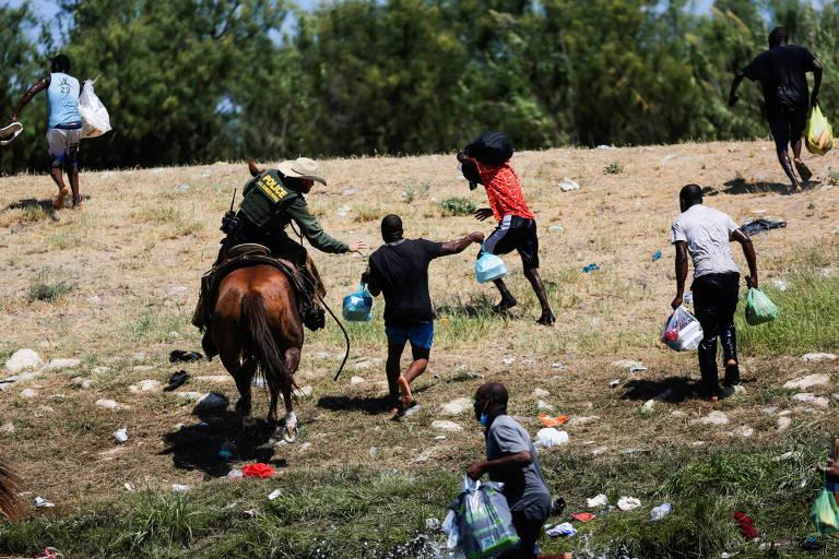 A cavalo, agentes de fronteira nos EUA usam rédeas para ameaçar migrantes
