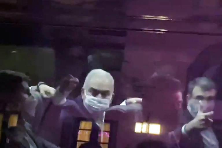 Ministro da Saúde, Marcelo Queiroga mostra o dedo do meio para manifestantes durante viagem a Nova York