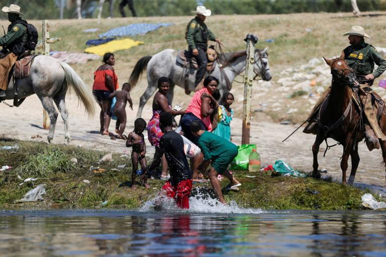 A cavalo, agente de fronteira persegue migrantes que retornavam aos EUA após comprar comida no México