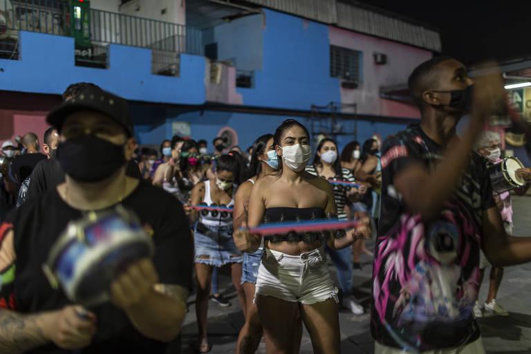 Integrantes da Rosas de Ouro durante ensaio da bateria na Freguesia do Ó (zona norte da capital de São Paulo) para o Carnaval de 2022. A escola de samba exigiu o comprovante de vacinação.