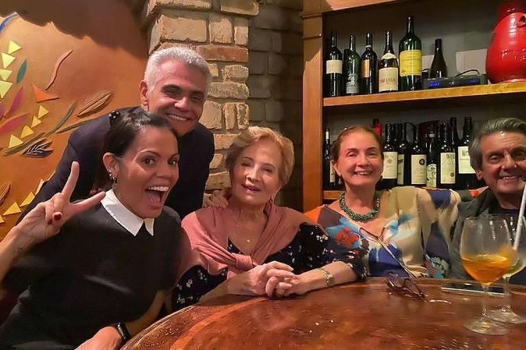 Mocita Fagundes, nora de Glória Menezes, publica foto ao lado da atriz em jantar familiar