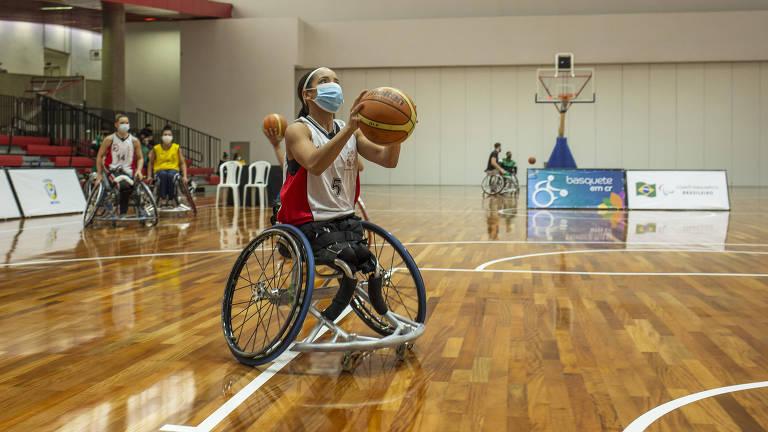 Atleta joga basquete em cadeira de rodas durante as Paralimpíadas Universitárias