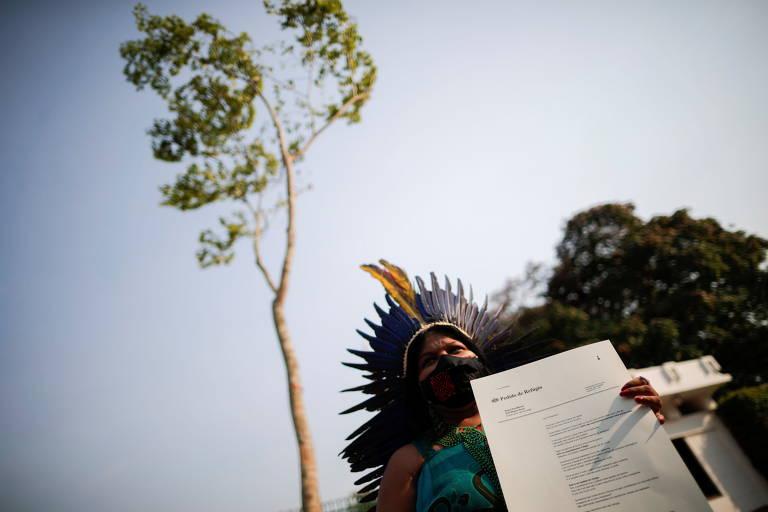 Líder indígena Sonia Guajajara exibe manifesto durante protesto em Brasília