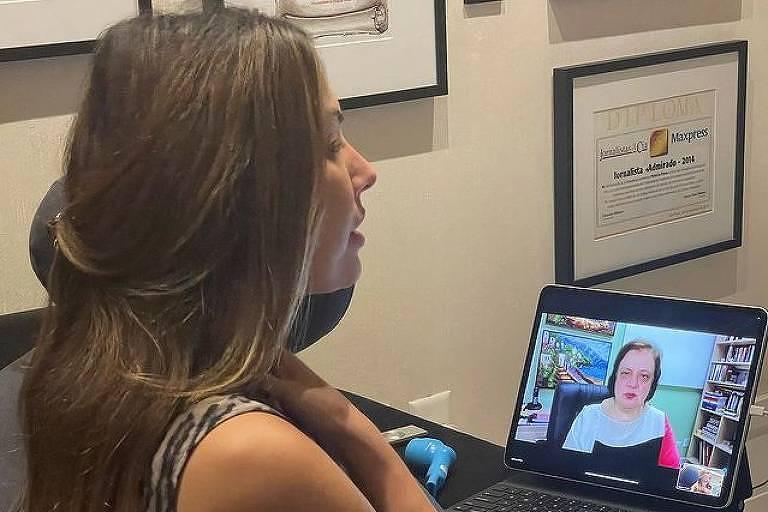 Mulher branca fazendo sessão online de fonoaudiologia