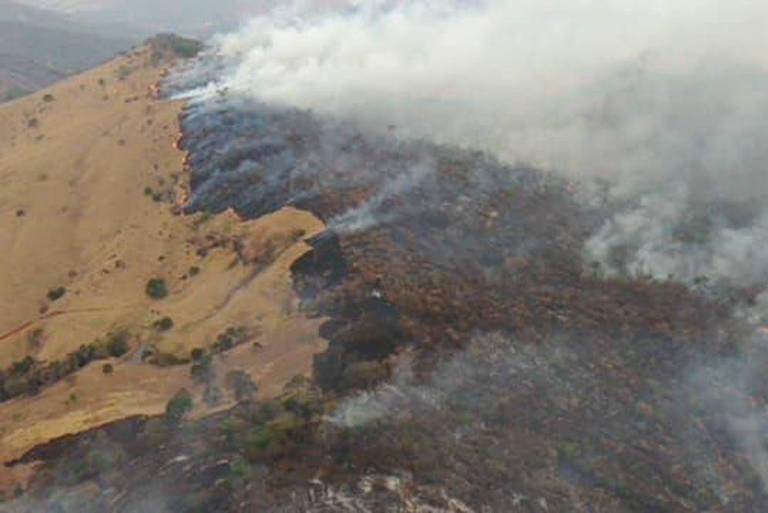Incêndio e fumaça no alto de uma serra