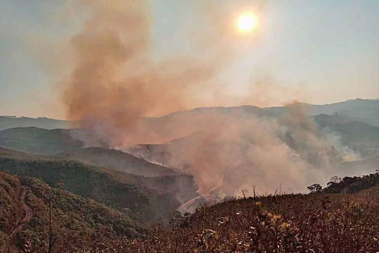 Vista do parque do Itacolomi com fumaça do incêndio ocorrido na última segunda (20)
