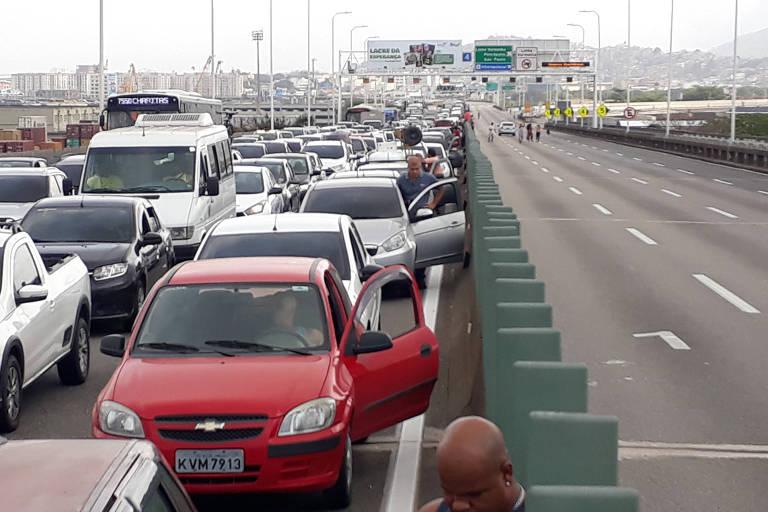 Carros parados na Ponte Rio-Niterói