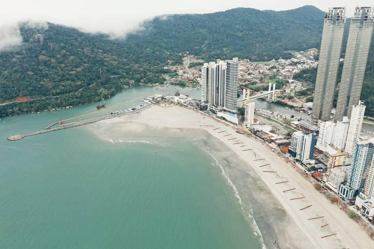 Veja o alargamento da praia em Camboriú