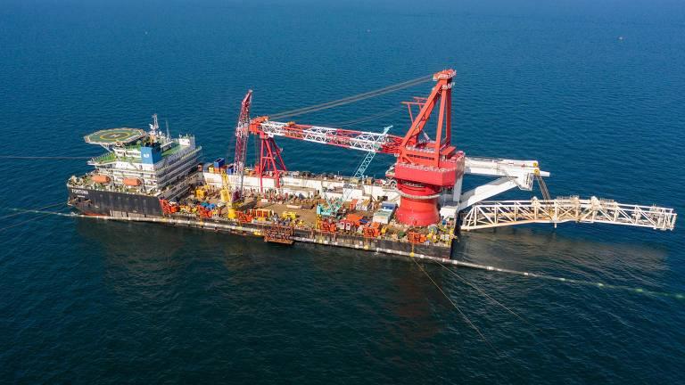 O navio Fortuna, que deitou parte dos dutos do Nord Stream 2, em ação
